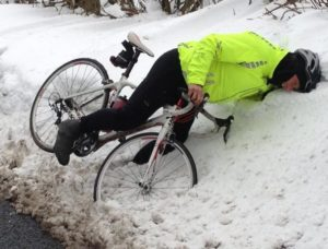 cyclist falls in the snow